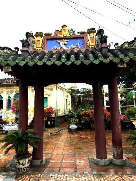 Cửa vào sân vườn được sơn son thiếp vàng