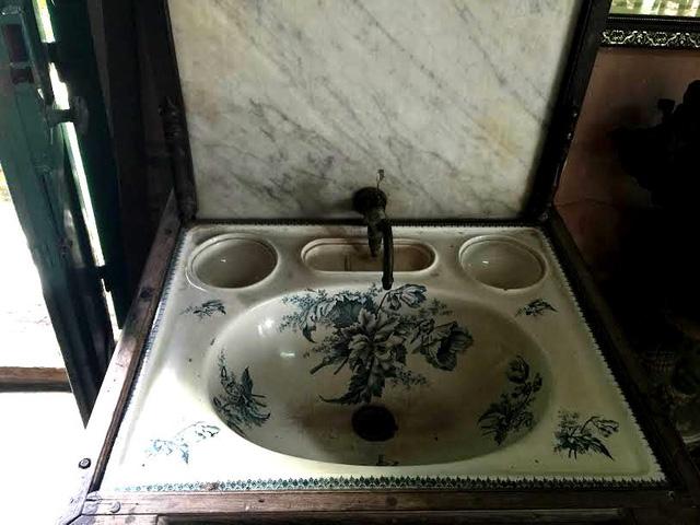 Bồn rửa tay lavabo tráng men trắng xanh